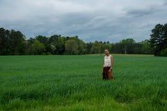 Azjatycka kobieta w polu otaczaj?cym traw? obrazy royalty free