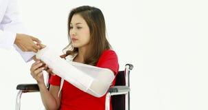 Azjatycka kobieta w ręka temblaku zdjęcie wideo