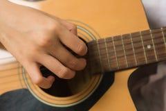 Azjatycka kobieta wręcza wzruszających gitara akordy obraz stock