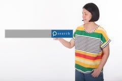 Azjatycka kobieta wskazuje z wyszukiwarki grafiką Fotografia Stock