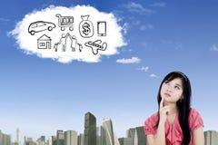 Azjatycka kobieta wyobraża sobie jej sen na chmurze Obrazy Stock