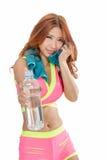 Azjatycka kobieta z bidonem i ręcznikiem po ćwiczenia Obraz Royalty Free