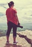 Azjatycka kobieta z cyfrową kamerą, plenerową przy dniem na summe Obraz Royalty Free