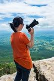 Azjatycka kobieta z cyfrową kamerą, plenerową przy dniem na summe Zdjęcia Royalty Free