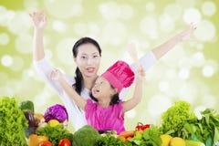 Azjatycka kobieta z dzieckiem i warzywami Zdjęcie Royalty Free