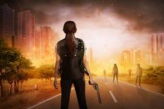Azjatycka kobieta z kamizelką i pistoletem Fotografia Stock