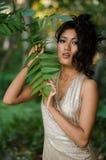 Azjatycka kobieta z liśćmi Zdjęcia Royalty Free