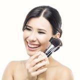 Azjatycka kobieta z makijaży muśnięciami fotografia stock