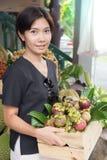 Azjatycka kobieta z mangostanu owocowym koszem Obraz Royalty Free