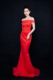 Azjatycka kobieta z mody makeup w luksusowej czerwieni sukni Obraz Stock