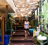 Azjatycka kobiety pozycja w sklepie z kawą obraz royalty free