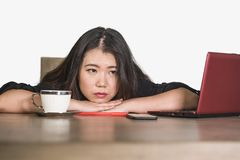 Azjatycka Koreańska biznesowa kobieta pracuje w stresie przy biurowego komputeru biurka uczuciem przytłaczającym i udaremniającym obraz royalty free