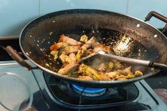 Azjatycka kuchnia: Smażący kurczak, wieprzowina, czosnek zdjęcia stock