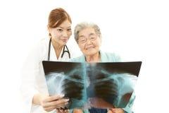 Azjatycka lekarza medycyny i seniora kobieta Obraz Stock