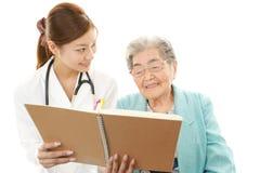 Azjatycka lekarza medycyny i seniora kobieta Fotografia Royalty Free