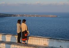 Azjatycka młoda kobieta na Santorini wyspie obraz royalty free
