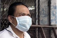 Azjatycka mężczyzna odzieży twarzy maski medyczna ochrona w drewnianej fabryce Zdjęcia Royalty Free