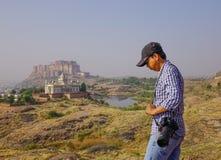 Azjatycka mężczyzna pozycja na wzgórzu obrazy royalty free