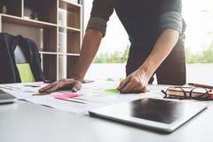 Azjatycka młoda Biznesowego mężczyzna strategii Planistyczna analiza na miejscu pracy fotografia stock