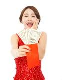 Azjatycka młoda kobieta trzyma czerwoną kopertę dolar Zdjęcie Royalty Free