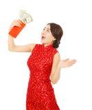 Azjatycka młoda kobieta trzyma czerwoną kopertę dolar Zdjęcie Stock