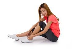 Azjatycka młoda kobieta wiąże działających butów koronki Zdjęcie Stock