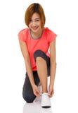 Azjatycka młoda kobieta wiąże działających butów koronki Zdjęcia Royalty Free