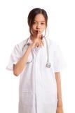 Azjatycka młoda kobiety lekarka robi zaciszność znakowi zdjęcie royalty free