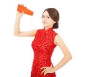 Azjatycka młodej kobiety złość i trzymać pustą czerwoną kopertę Obraz Stock
