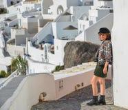 Azjatycka m?oda kobieta na Santorini wyspie zdjęcie royalty free
