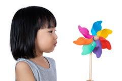 Azjatycka Mała Chińska dziewczyna Bawić się Kolorowego Pinwheel Obrazy Royalty Free