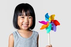 Azjatycka Mała Chińska dziewczyna Bawić się Kolorowego Pinwheel Zdjęcie Royalty Free