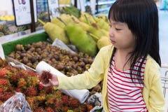 Azjatycka Mała Chińska dziewczyna wybiera owoc Zdjęcie Stock