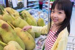 Azjatycka Mała Chińska dziewczyna wybiera owoc Obraz Stock