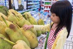 Azjatycka Mała Chińska dziewczyna wybiera owoc Zdjęcia Royalty Free