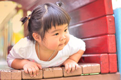 Azjatycka mała dziewczynka bawić się na boisku Thailand Obrazy Stock