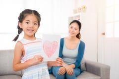 Azjatycka mała dziewczynka przygotowywał ręki rysunkową kartę Zdjęcie Royalty Free