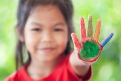 Azjatycka małe dziecko dziewczyna z malować rękami pokazuje palce liczy pięć zdjęcie stock