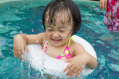 Azjatycka Mała Chińska dziewczyna Bawić się w Pływackim basenie Zdjęcia Stock