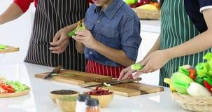 Azjatycka mama uczy ona dzieciaków dlaczego strugać ogórek zbiory