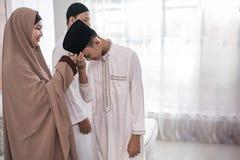 Azjatycka muzu?ma?ska mateczna potrz??ni?cie r?ka w idul fitri eid Mubarak obrazy royalty free