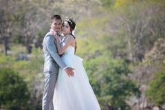 Azjatycka para fotografująca przed małżeństwem jest ślubem na Koh Obrazy Stock