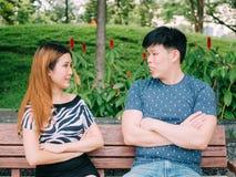 Azjatycka para ma disgreement - miłość i związek kolidujemy obraz stock