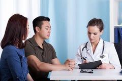 Azjatycka para podczas wizyty przy lekarki biurem obraz royalty free