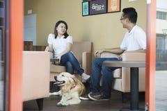 Azjatycka para przy kawiarnią Zdjęcia Royalty Free
