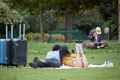 Azjatycka para w miłości kłama na trawie i robi selfies na champ de mars w Paryż obrazy royalty free