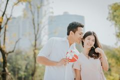 Azjatycka para w miłości ma dobrego czas zdjęcie stock