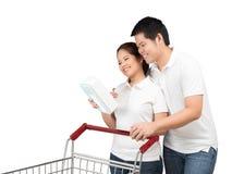 Azjatycka para z wózek na zakupy Zdjęcia Stock