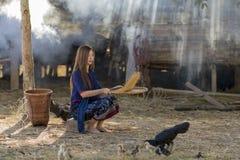 Azjatycka piękna dziewczyna przesiewa ryż oddziela między ryżową i ryżową plewą zdjęcia stock