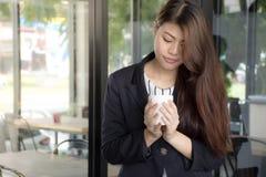 Azjatycka Piękna dziewczyna trzyma herbacianą filiżankę cieszy się z przerwa czasem Fotografia Royalty Free